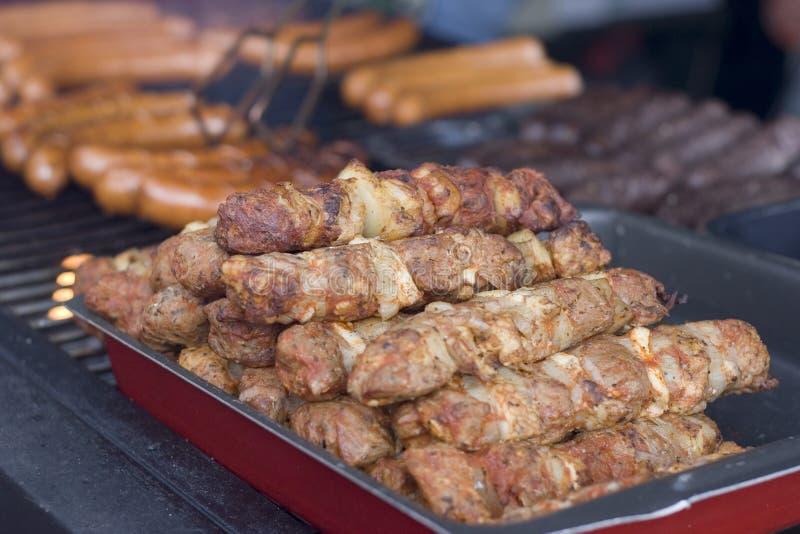 Gegrilltes Fleisch und Wurst stockbilder
