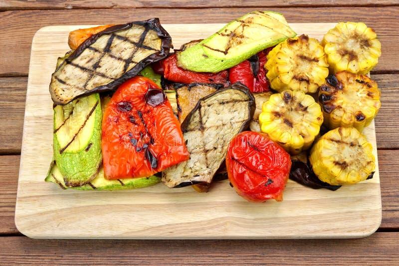 Gegrilltes Gemüse auf dem hölzernen Hintergrund stockfoto