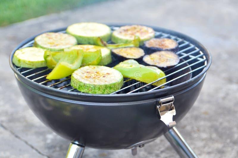 Gegrilltes Gemüse draußen Das Konzept von Vegetarismus, gesunde Ernährung, Gewichtsverlust, Sommerferien, Picknick stockfoto