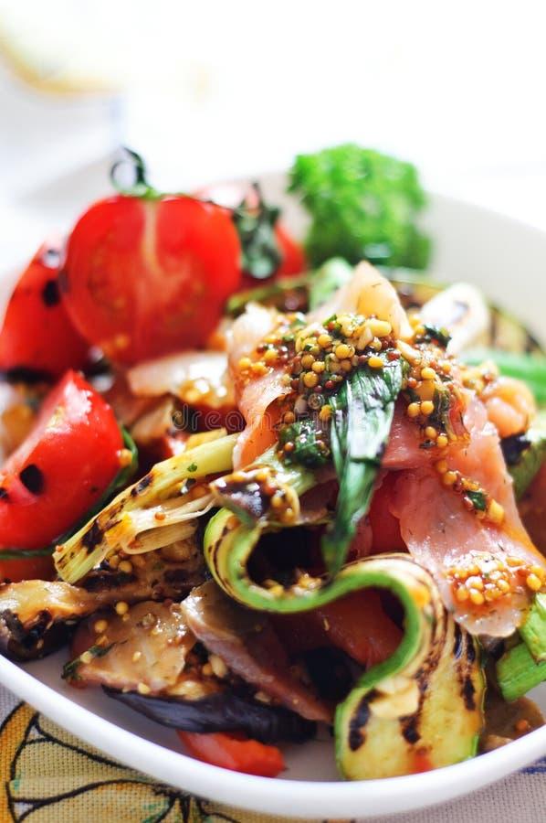 Gegrilltes Gemüse und Salat der geräucherten Lachse lizenzfreies stockfoto