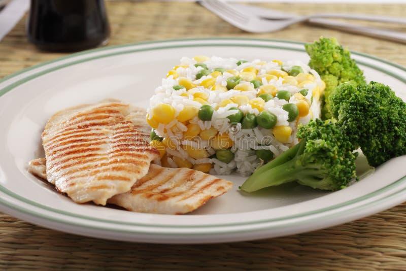 Gegrilltes Hühnerfleisch mit Reis und Gemüse lizenzfreie stockbilder