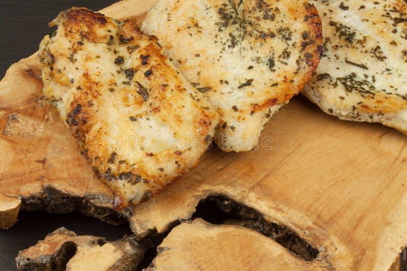 Gegrilltes Hühnersteak Diätetisches Lebensmittel für Athleten Mahlzeiten der gesunden Diät Gefrorene Wüste Steak bereit zum Grill lizenzfreies stockbild
