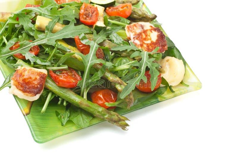 Gegrilltes Halloumi und Gemüsesalat stockfotografie