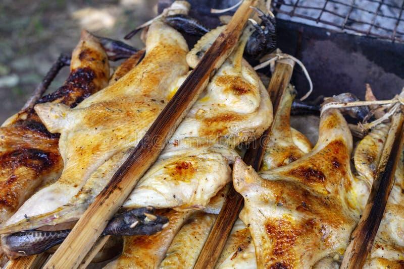 Gegrilltes Huhn auf Stöcken für Verkauf Asiatisches Straßenlebensmittel-Nahaufnahmefoto Gebratenes Geflügelfleisch Streetfood in  stockbilder
