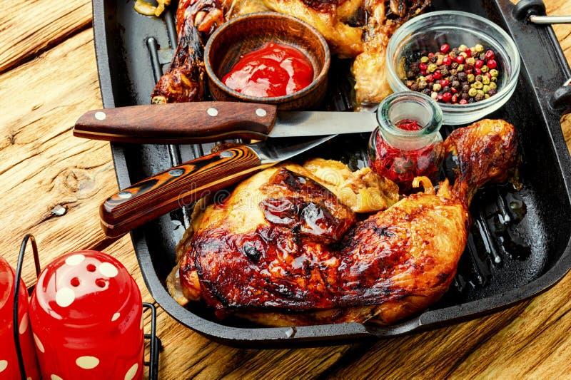 Gegrilltes Huhn in einer Pfanne lizenzfreie stockfotos