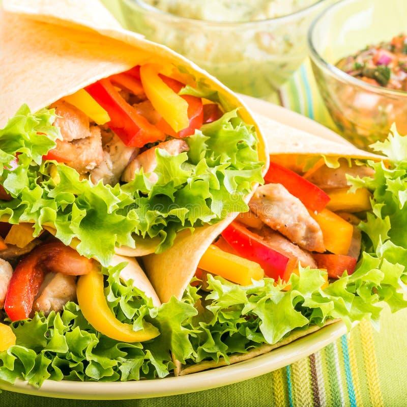 Gegrilltes Huhn in einer Tortilla-Verpackung lizenzfreies stockbild