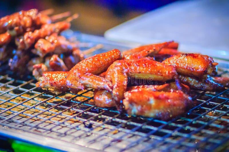 Gegrilltes Huhn für Verkauf auf dem Straßenlebensmittel in Nachtmarkt Knall stockfotos