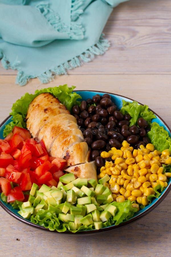 Gegrilltes Huhn mit Avocado, Tomaten, Zuckermais, Bohnen und Kopfsalat Südwestliches buntes Geflügelsalat mit sahnigem Korianderd stockfotografie