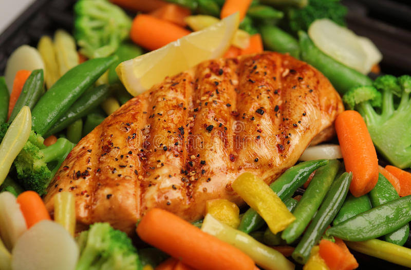 Gegrilltes Huhn mit Frischgemüse stockfoto