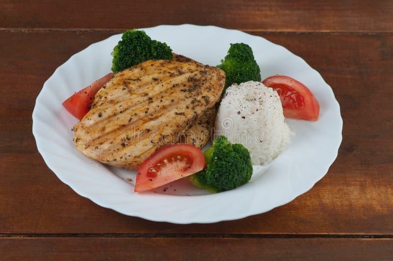 Gegrilltes Huhn mit Reis und Gemüse stockbilder