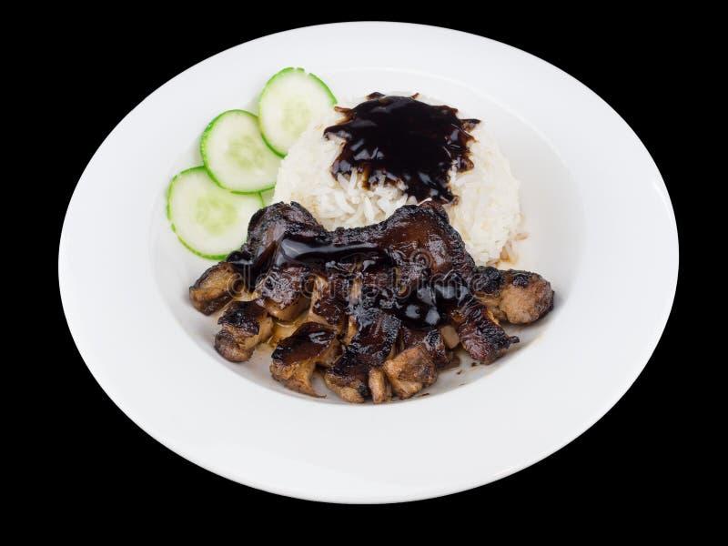 Gegrilltes Huhn-teriyaki mit Reis und Gemüse auf einer weißen Platte auf dem schwarzen Hintergrund mit Beschneidungspfad lizenzfreie stockfotografie