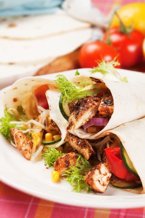 Gegrilltes Huhn und Salat in der Tortillaverpackung lizenzfreies stockfoto