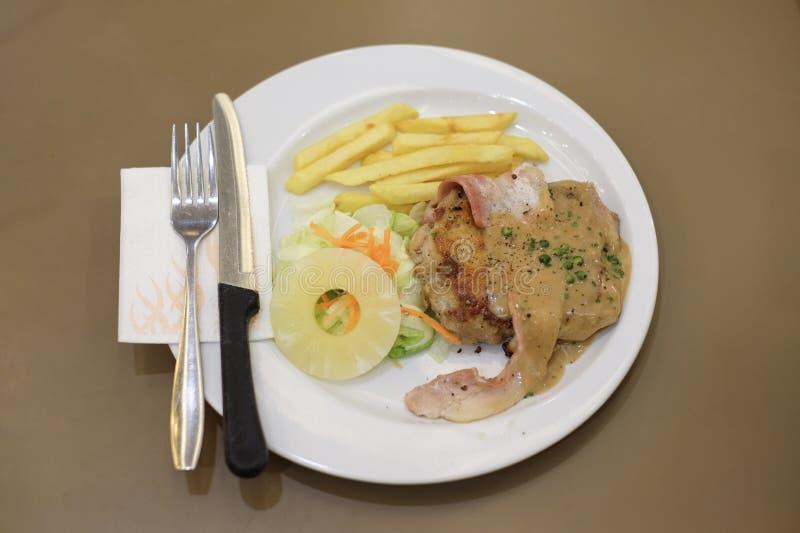 Gegrilltes Huhn und Speck mit Soße des schwarzen Pfeffers, Karotte lizenzfreie stockfotografie
