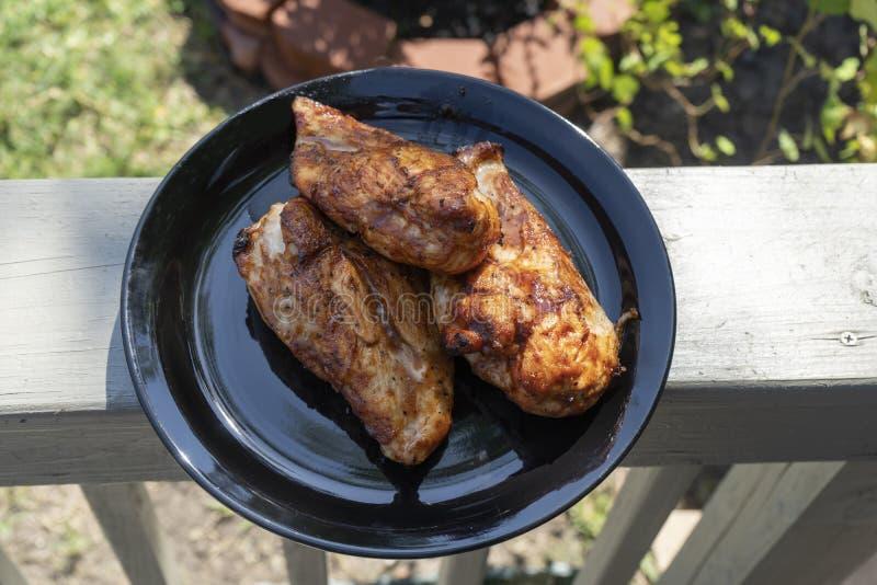 Gegrilltes Huhn weg vom Grill auf Platten-heraus Türen stockbilder