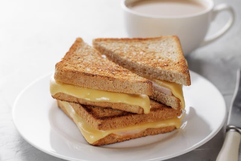 Gegrilltes Käsesandwich des Vollkornbrotes mit Kaffee zum gesundes Frühstück lizenzfreies stockbild