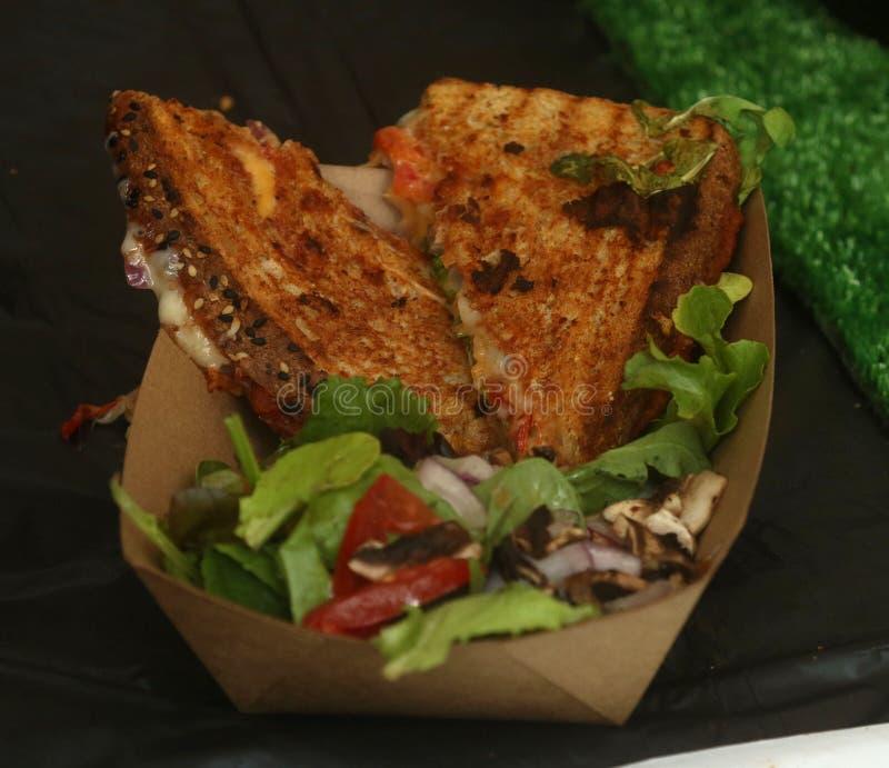 Gegrilltes Käsesandwich mit Mozzarella, Tomate und Salat stockbilder