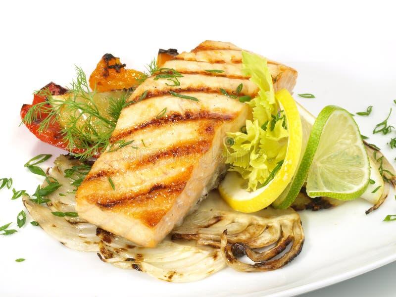 Gegrilltes Lachs - Fischfilet mit Gemüse stockbild