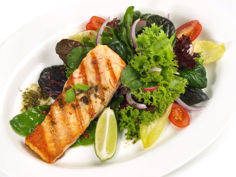 Gegrilltes Lachs - Fischfilet mit Salat lizenzfreie stockbilder
