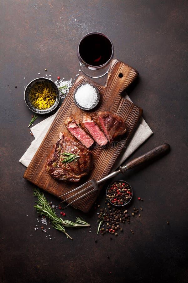 Gegrilltes ribeye Rindfleischsteak mit Rotwein stockfotografie