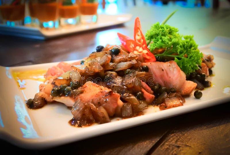 Gegrilltes Schweinefilet mit Soße des schwarzen Pfeffers Passend für rote Rebe und Abendessen stockbild