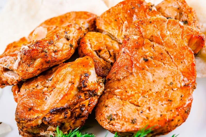Gegrilltes Schweinefleisch auf weißer Platte lizenzfreie stockfotos