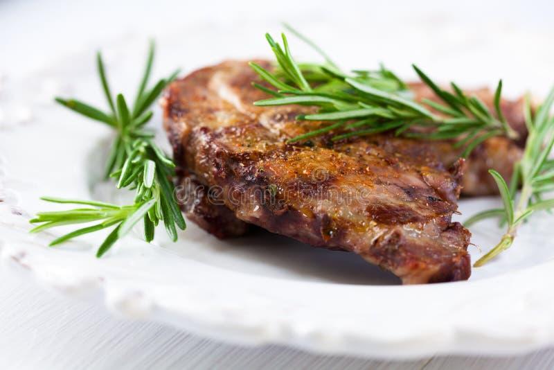 Gegrilltes Schweinefleisch gewürzt mit Rosmarin stockbild