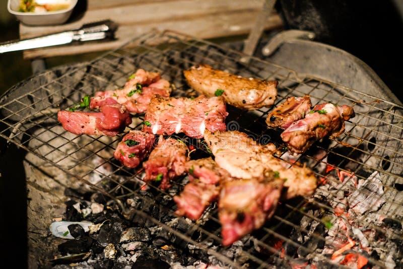 Gegrilltes Schweinefleisch- und Fleischrindfleischferment mit Pfeffer- und Austernsoße stockbild
