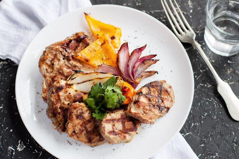 Gegrilltes Schweinefleischlendenstück mit Gemüse lizenzfreies stockfoto