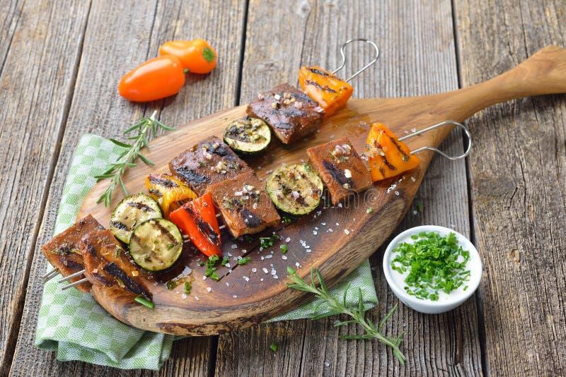 Gegrilltes seitan mit Gemüse stockbild