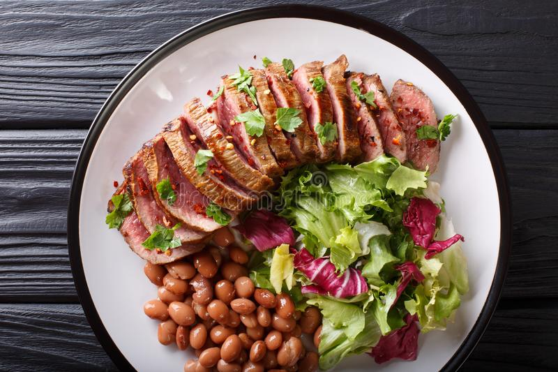 Gegrilltes Steak Carne Asada mit Salat und Bohnennahaufnahme horizont stockfotos