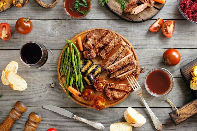 Gegrilltes Steak mit verschiedenem gegrilltem Gemüse und Wein lizenzfreie stockfotos