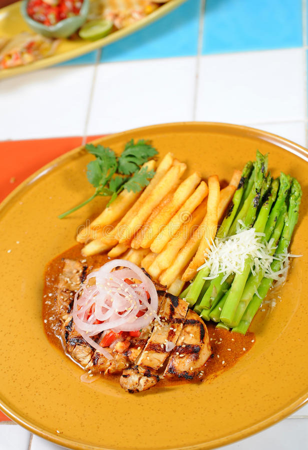 Gegrilltes Steak, Pommes-Frites stockfotografie