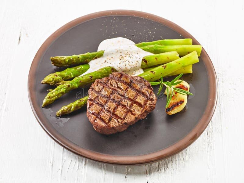 Gegrilltes Steak und Spargel lizenzfreies stockfoto