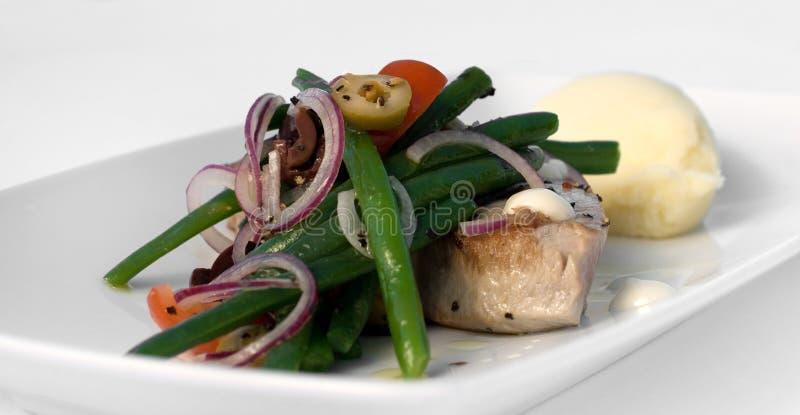 Gegrilltes Thunfisch-Steak mit Gemüse lizenzfreie stockfotos