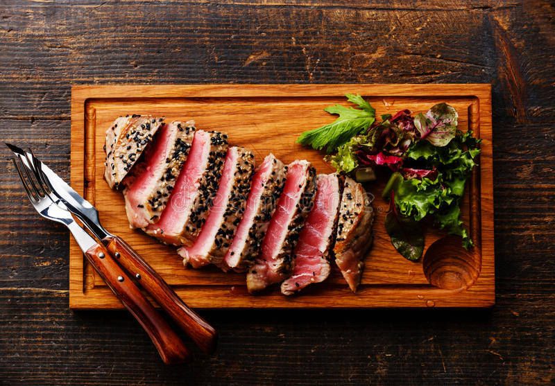 Gegrilltes Thunfischsteak und grüner Salat lizenzfreie stockfotos