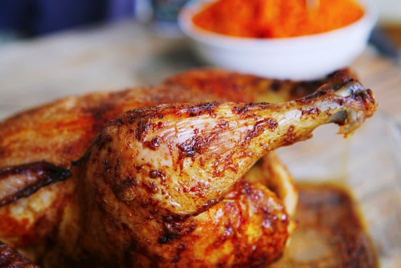 Gegrilltes vollständiges Huhn stockfotografie