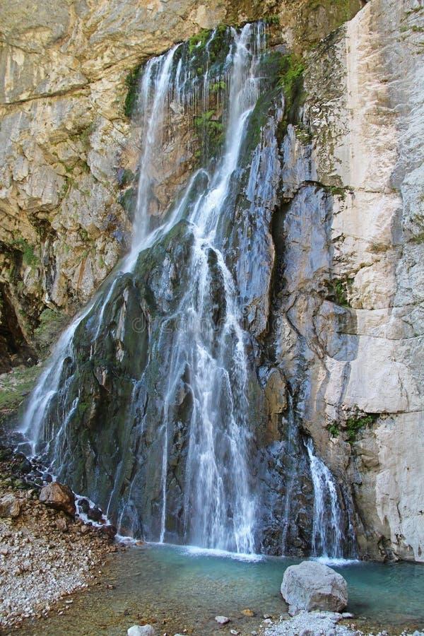 Gegskywaterval die van de klip in de bergen van de Kaukasus op een de herfstdag stromen, Abchazië stock fotografie