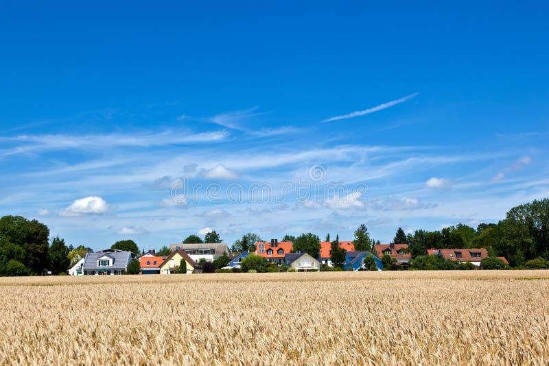 Gehäusebereich in der landwirtschaftlichen Landschaft stockbilder