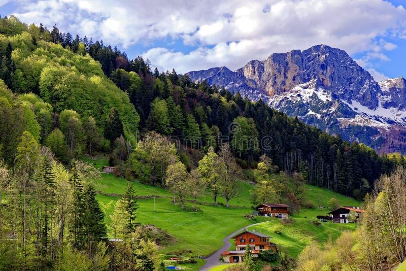 Gehöfte in der szenischen Landschaft in Untersberg-Gebirgsmassiv stockbild