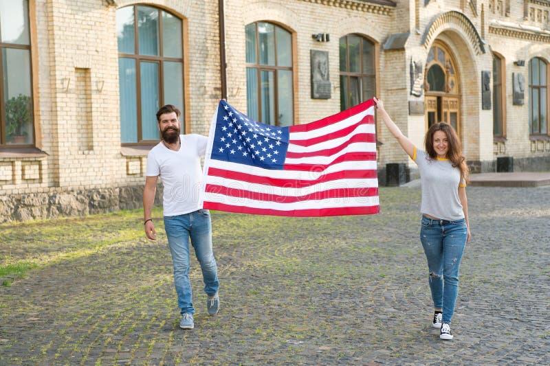 Gehören amerikanischer Nation Glückliche Bürger, die Unabhängigkeitstag feiern Amerikanische Staatsbürger, die Staatsflagge halte stockbilder