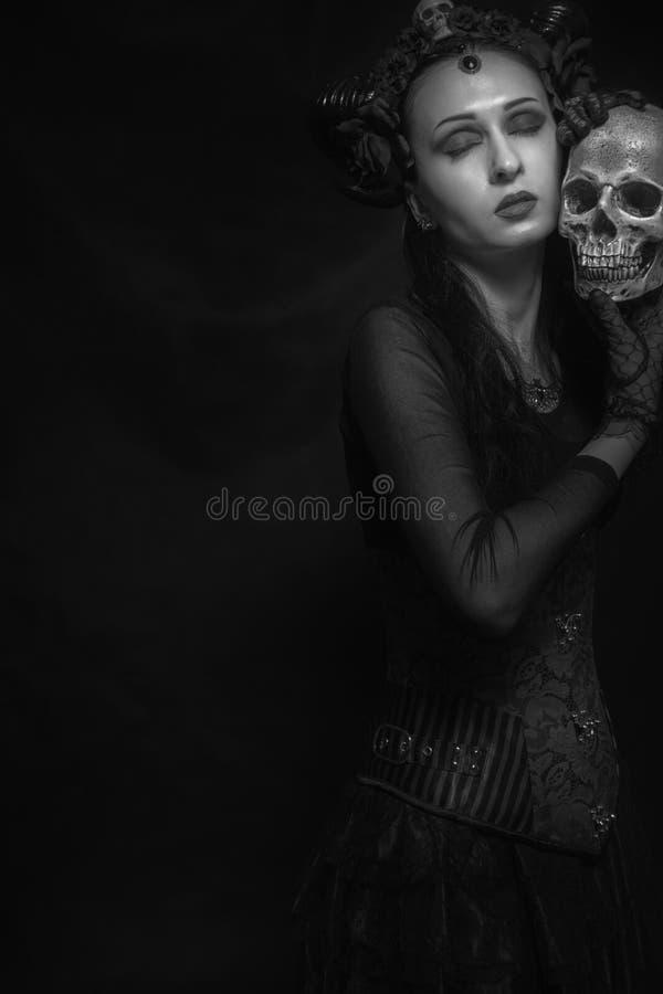 Gehörnte Dame mit dem Schädel stockfotografie