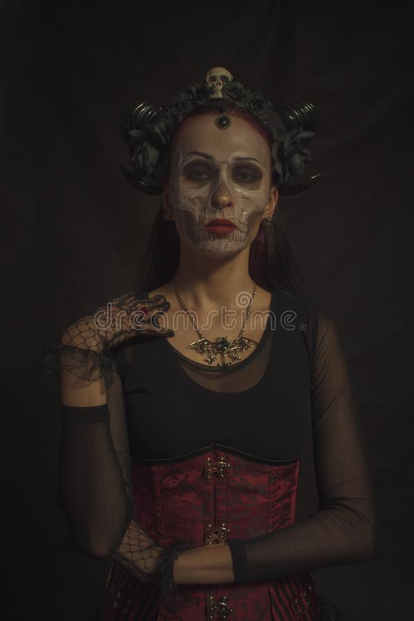 Gehörnte gotische Dame stockfotografie