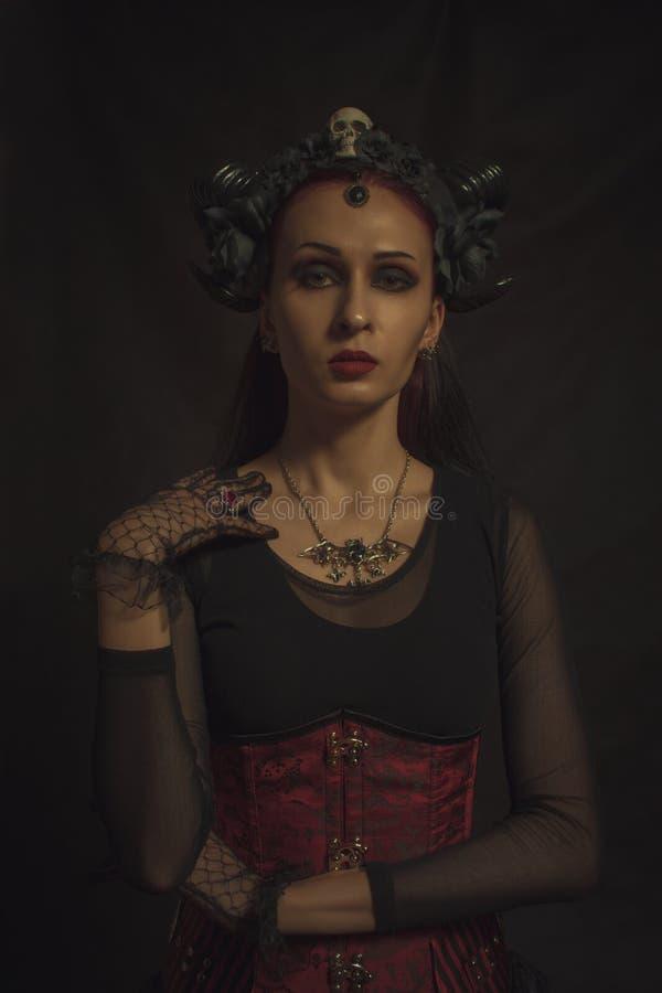 Gehörnte gotische Dame lizenzfreie stockfotos