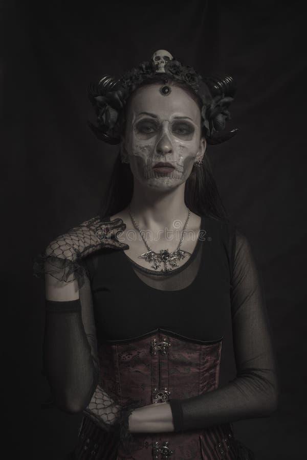 Gehörnte gotische Dame lizenzfreie stockbilder