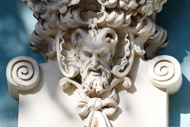 Gehörnter Kopf des Satyrn, alte Hausdekoration, griechische Mythologie stockfotos