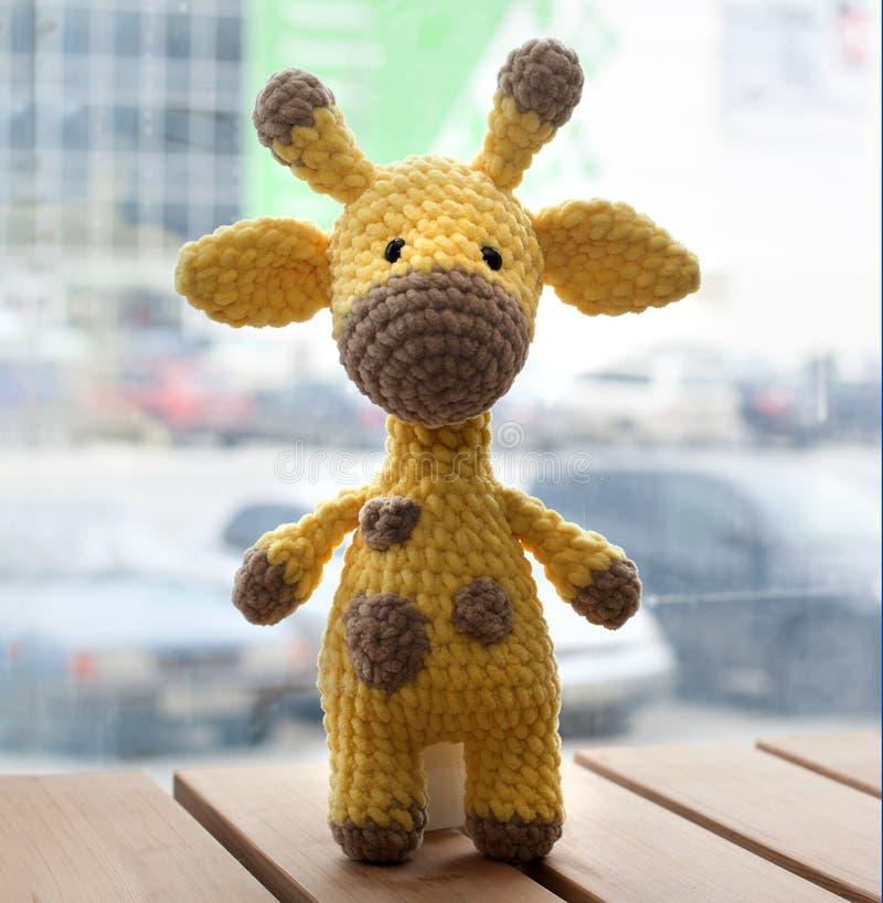 Gehaakte amigurumi gele giraf Gebreid met de hand gemaakt stuk speelgoed royalty-vrije stock foto's