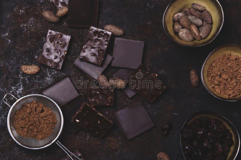 Gehackte Schokolade, Kakaobohnen, Kakaopulver lizenzfreies stockfoto