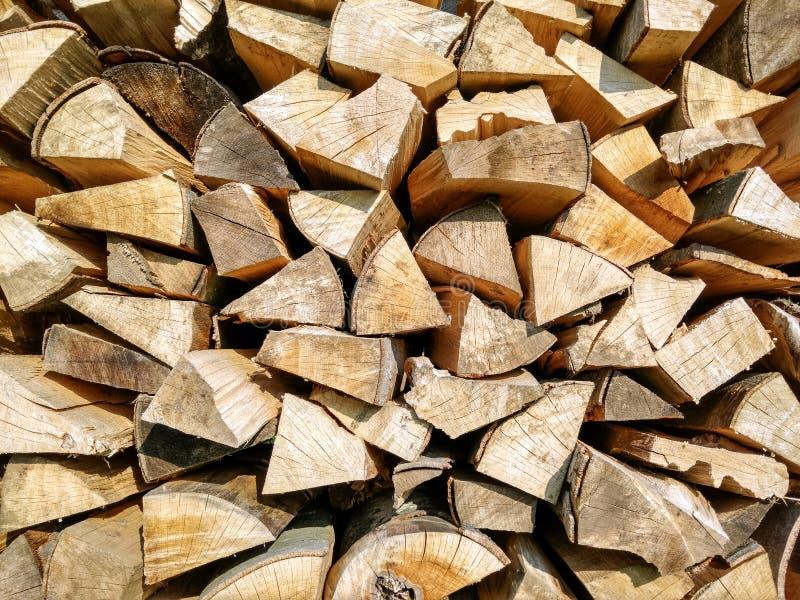 Gehackter Brennholztrockner in der Sonne stockfotografie