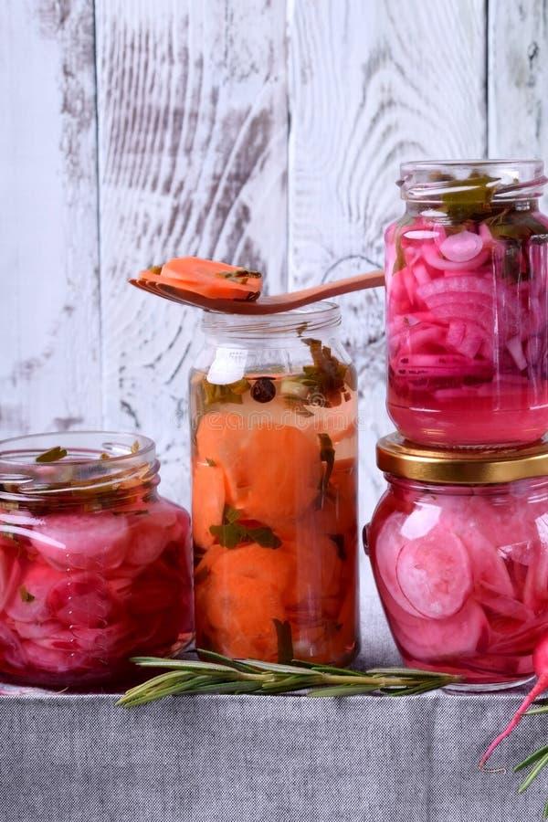 Gehackter Rettich, Karotte und rote Zwiebel mariniert in den Glasgef??en stockbilder