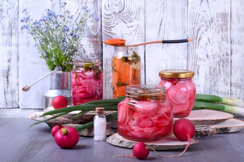 Gehackter Rettich, Karotte und rote Zwiebel mariniert in den Glasgef??en lizenzfreies stockfoto